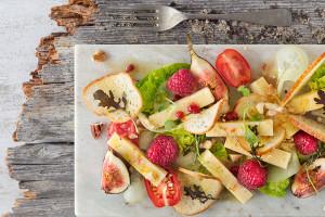 Kastelholm salaatti rapeiden patonkisipsien kera